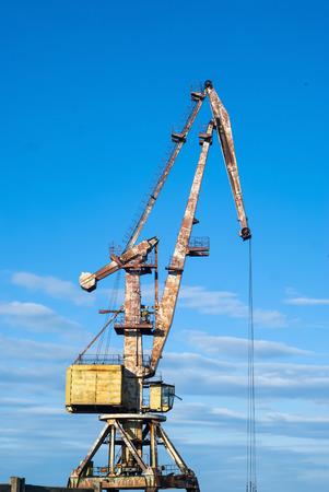 Antiguo puerto grúa abatible contra el cielo
