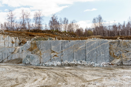 fond, paysage - un fragment d'une carrière pour l'extraction du marbre