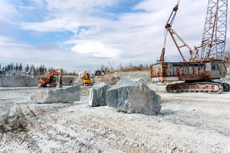 ancienne carrière pour l'extraction du marbre avec de l'équipement de construction lourd debout