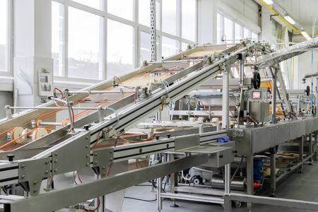 Máquina de gofres industriales borrosa en movimiento