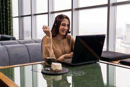chica lidera una transmisión en línea amateur desde la cafetería Foto de archivo