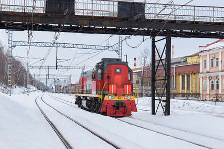shunting locomotive on a railway track in an industrial area on a cloudy winter day 版權商用圖片
