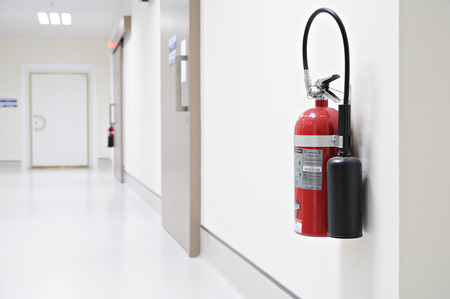 Install a fire extinguisher on the wall in hospital Banco de Imagens