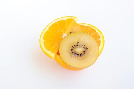 naranja fruta: Frutas de color naranja en rodajas de kiwi y de superposici�n en rodajas en el fondo blanco