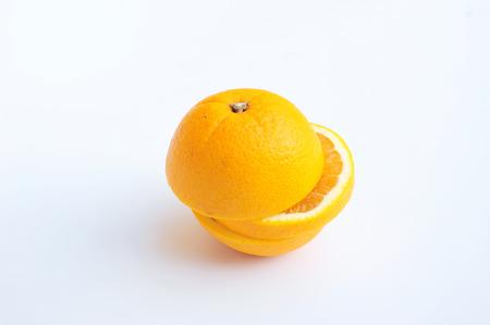 naranja fruta: Fruta anaranjada superposiciones en el fondo blanco rebanado