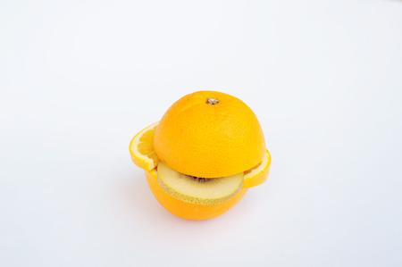 overlays: Fruta anaranjada superposiciones en el fondo blanco rebanado