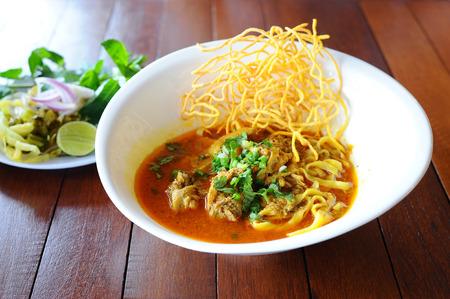 """comida gourmet: Nombre tailand�s comida es """"Khao Sawy"""", Northern Thai Noodle Curry sopa Foto de archivo"""