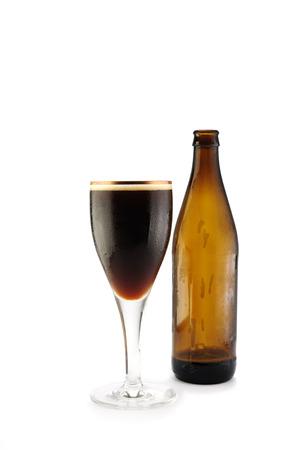 socializando: La cerveza en un vaso sobre fondo blanco