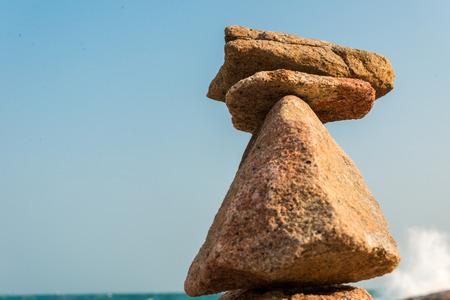 홍콩섬의 해변에서 돌을 균형 잡기