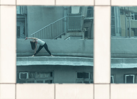 reflexion: Reflexión de un Chica haciendo yoga en una azotea en la isla de Hong Kong Foto de archivo