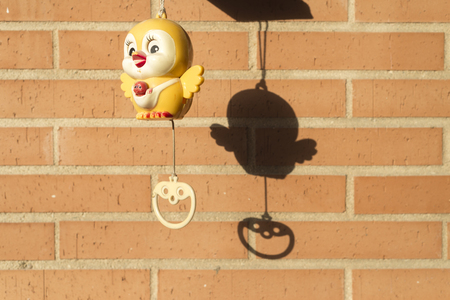reloj cucu: Juguete reloj de cuco para los babys en una terraza
