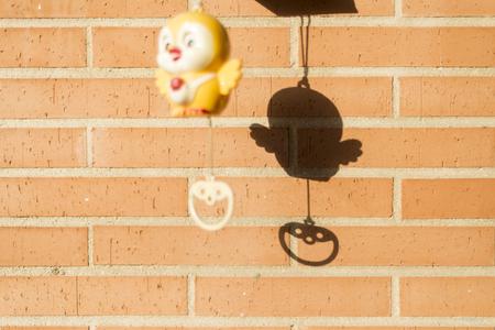reloj cucu: La sombra de un juguete del reloj de cuco para los babys Foto de archivo