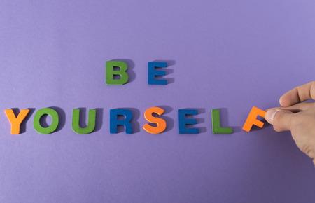 frase: Sea usted mismo sentenciar en un fondo lila Foto de archivo