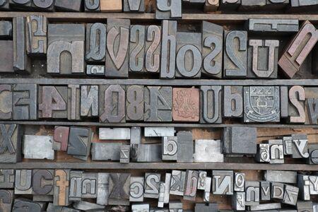 Drucken von Blockbuchstaben und Zahlen Standard-Bild