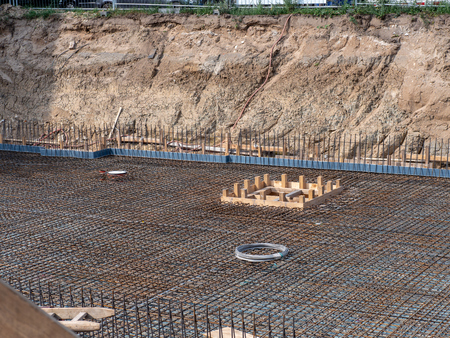 Excavation pit with concrete steel mats and monier iron for floor slab Banco de Imagens