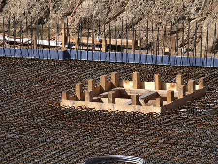 Excavation pit with concrete steel mats and monier iron for floor slab - detail Banco de Imagens - 108762312