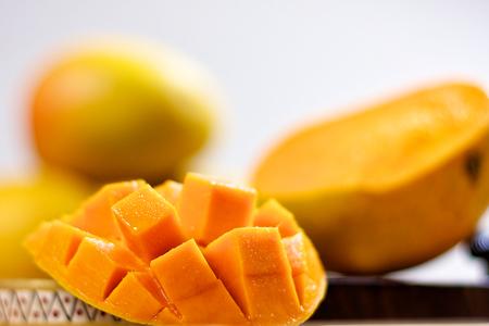 マンゴー キューブ スライスをバック グラウンドでマンゴーとクローズ アップ マクロ 写真素材