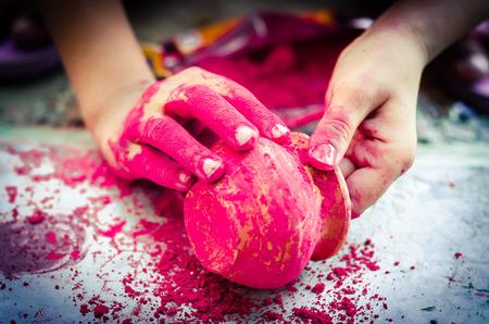 earthen: mani che gioca con i colori pentole di terracotta sfondo