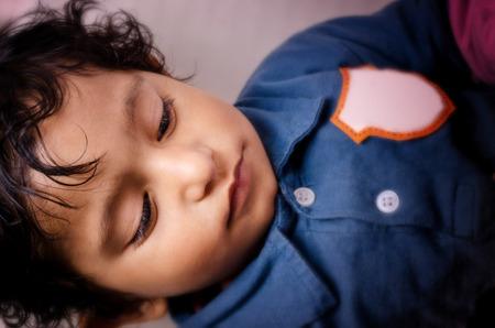 closed eyes: Portret van klein kind gesloten ogen
