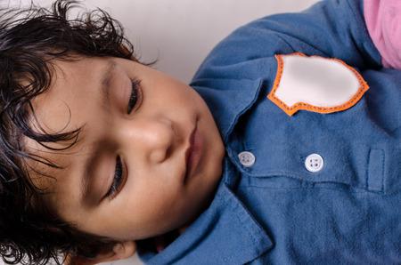 ojos cerrados: Retrato de ni�o peque�o ojos cerrados