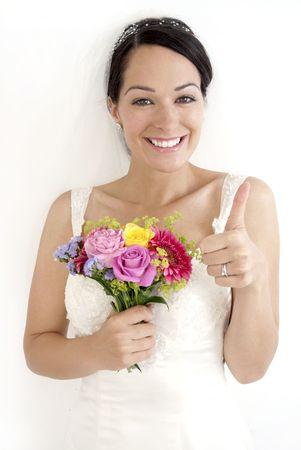 Novia feliz dando los pulgares hasta su boda