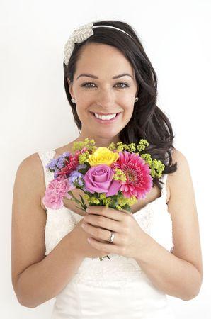 Hermosa joven novia sosteniendo una posy de flores
