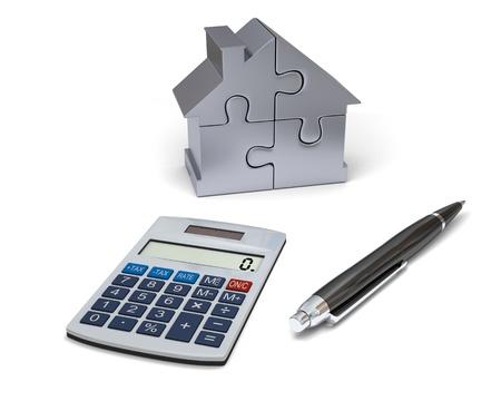 ジグソー パズルのピースから成っている家は家の電卓、ペン、シルバー モデルと資金調達の概念