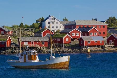 bateau de peche: Red cabanes de p�che rorbu et bateau de p�che dans la ville de Reine sur les �les Lofoten Banque d'images