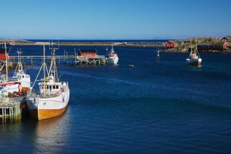 Los tradicionales barcos pesqueros noruegos en la ciudad de Reine en las islas Lofoten Foto de archivo - 17693787