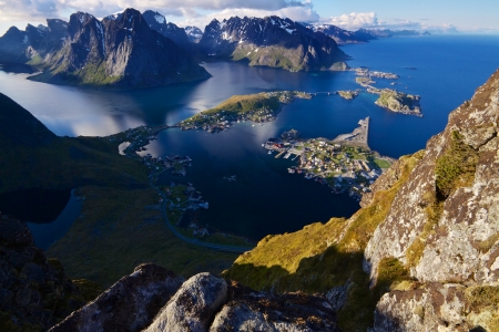 Scenic view of Lofoten islands from top of mountain Reinebringen with picturesque town of Reine and surrounding fjords Standard-Bild