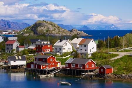 Typisch Noorse vissersdorp aan Lofoten eilanden in Noorwegen