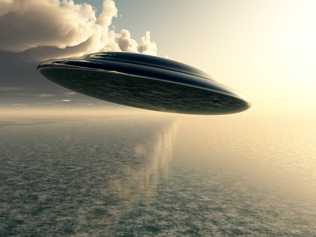 disco volante: Un disco volante in bilico su un oceano.