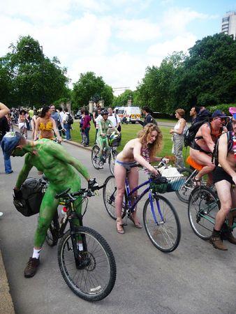 Londres - 12 juin : Monde nu vélo le 12 juin 2010 à Hyde Park à Londres. Banque d'images - 7206299