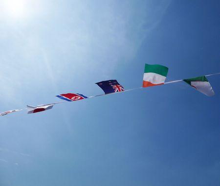 identidad cultural: Una colecci�n de banderas acondicionados para apoyar diversas naciones.  Foto de archivo