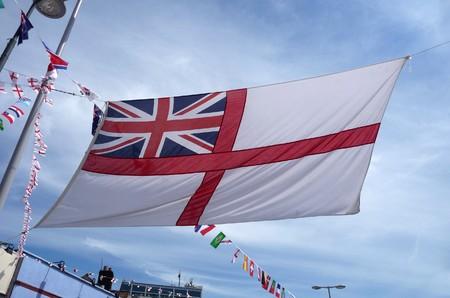 identidad cultural: Una pantalla de la bandera de Inglaterra contra el cielo.