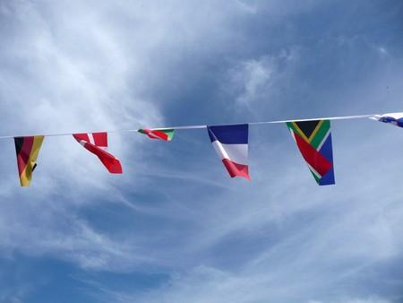 identidad cultural: Un conjunto de indicadores internacionales contra un cielo azul.  Foto de archivo