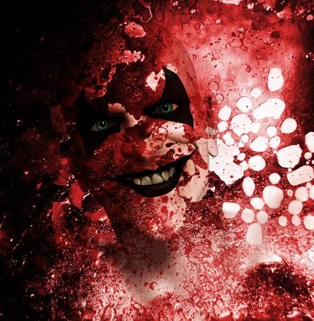 clownophobia: Siniestro payaso sonriente detr�s de una capa de textura ensangrentada.  Foto de archivo
