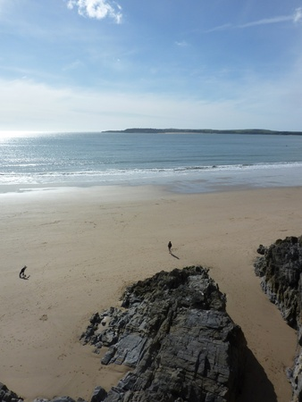 tenby wales: A view of the beach in Tenby from the perspective of the cliff.