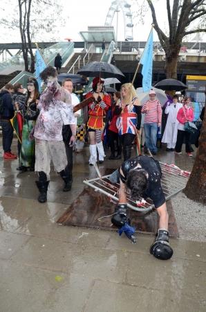sci: Londres - 29 de abril: Las personas que asistieron a la Ciencia Ficci�n de Londres Parade de Londres 29 de abril 2012 en Londres, Inglaterra.