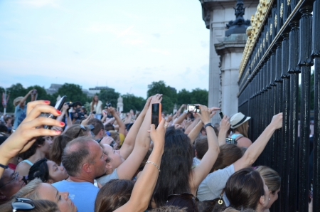 brit: London - July 22: Crowds eager to see the framed note of paper that announces the gender of the Royal Baby outside Buckingham Palace, London July 22nd, 2013 in London England.
