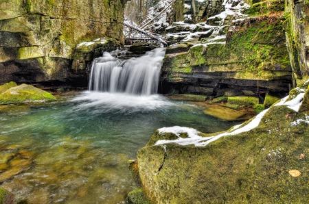caida libre: Cascada en la primavera de montaña arroyo en el parque nacional