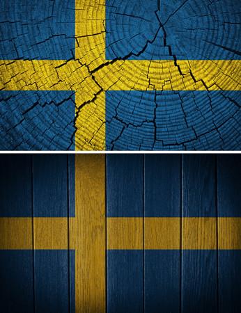 bandera suecia: bandera de suecia pintado sobre fondo de madera vieja
