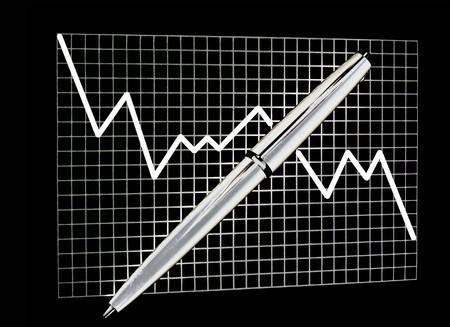 Graphique v�rifi� sur papier avec un crayon sur fond noir isol� Banque d'images