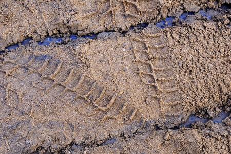 Trace d'un camion dans le sable