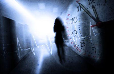 paranoia: donna con la pressione psichica in un corridoio