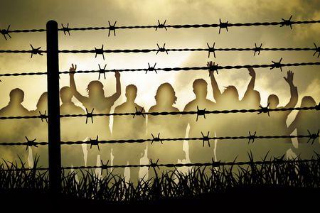 diritti umani: persone sono catturate dietro il filo spinato