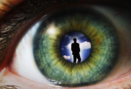 humanism: Alumno de un ojo con una silueta de un hombre Foto de archivo