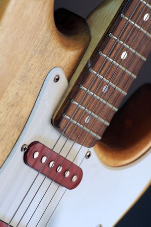 tremolo: close up di una chitarra elettrica
