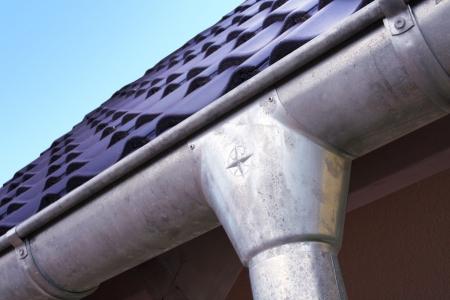 gouttière: Nouvelle maison avec des tuiles et des goutti�res Banque d'images