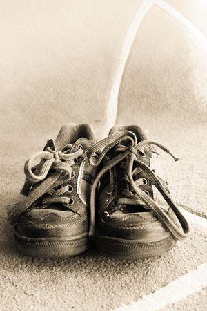 Beau sport, de vieilles chaussures d'un petit garçon Banque d'images - 5168538